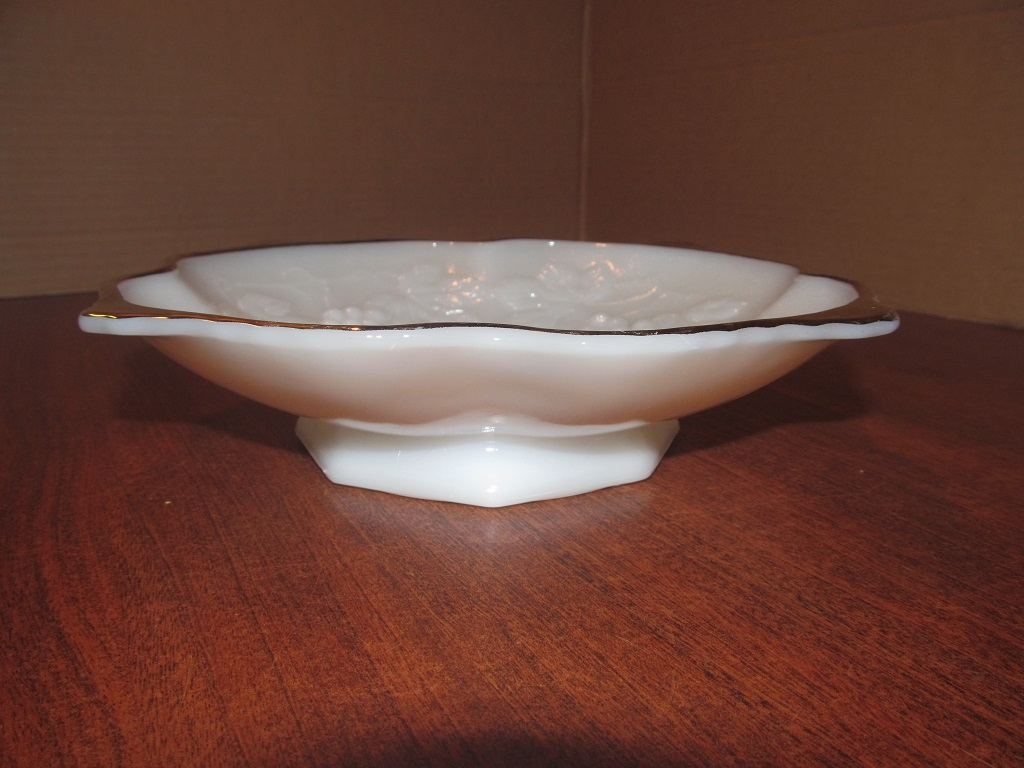 Anchor Hocking White Milk Glass Footed 8 Sided Bowl Grape /& Leaf Design